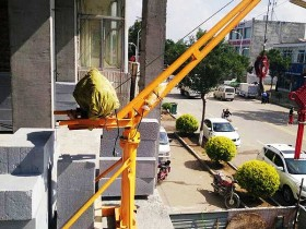 室外吊运机在学校吊运书桌