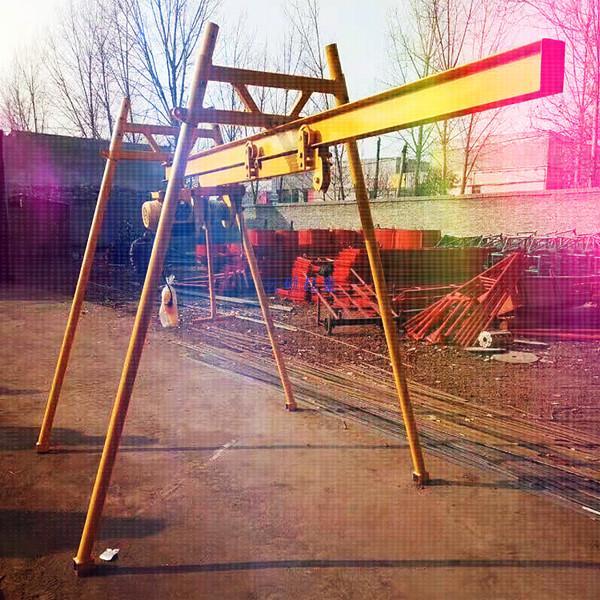 四柱直滑式吊运机由哪几部分构成的