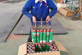 在本应用案例中,手动永磁吸盘使用于瓶装厂钢瓶装卸中。